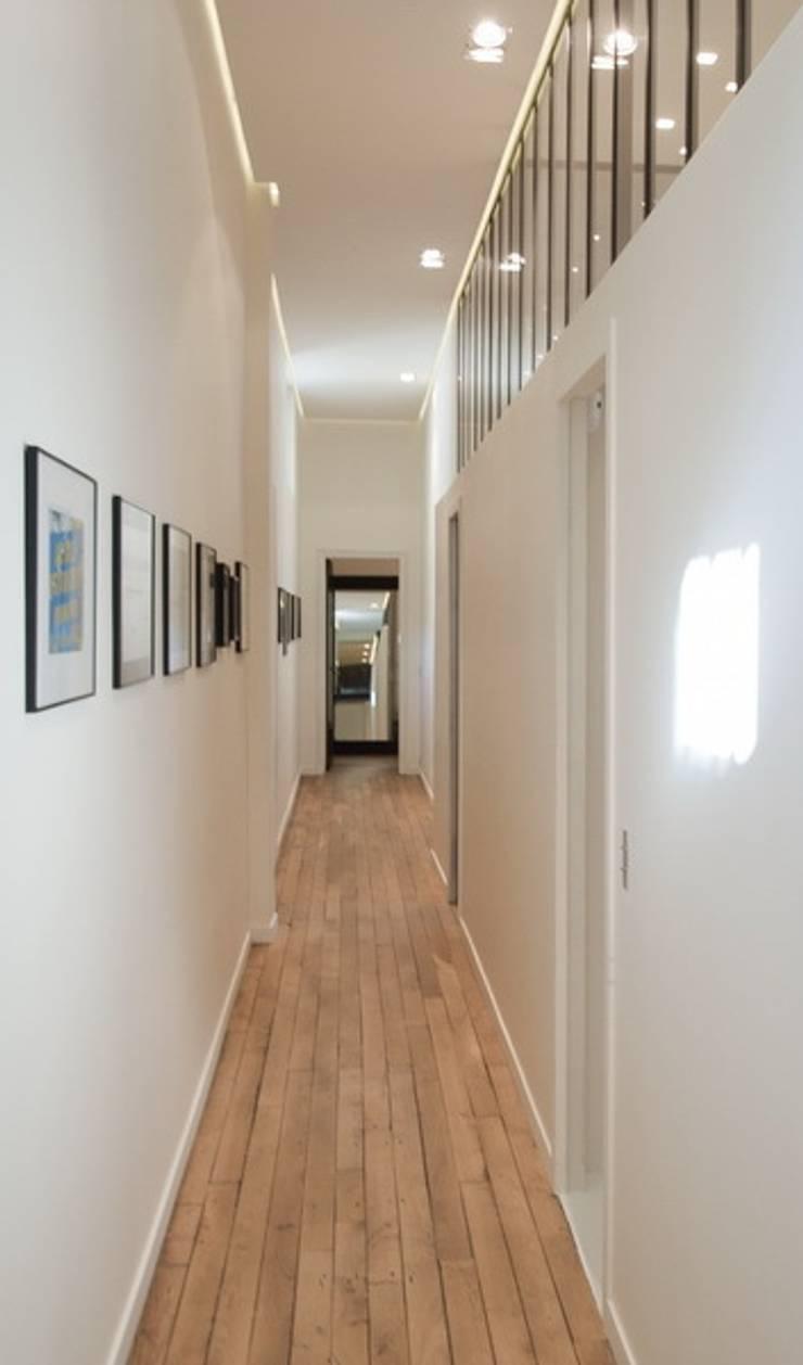 Appartement Luxembourg. Couloir: Couloir et hall d'entrée de style  par FELD Architecture
