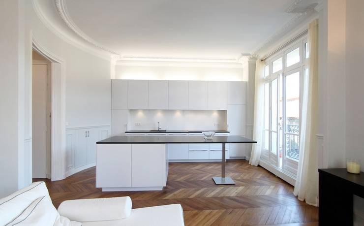 Appartement Saint Germain des Pres: Cuisine de style  par FELD Architecture