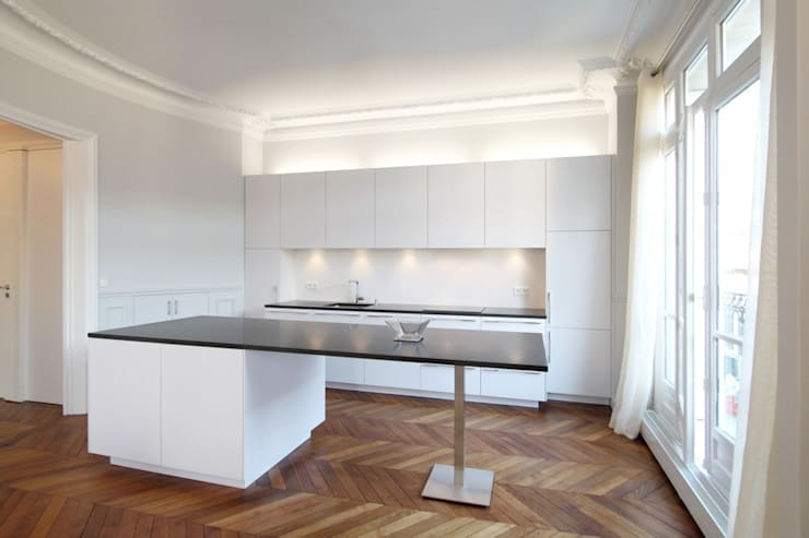 Appartement Saint Germain des Pres: Cuisine de style  par FELD Architecture
