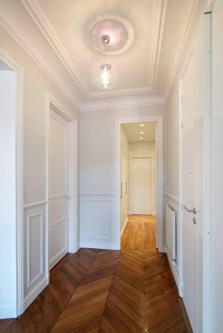Appartement Saint Germain des Pres: Couloir et hall d'entrée de style  par FELD Architecture