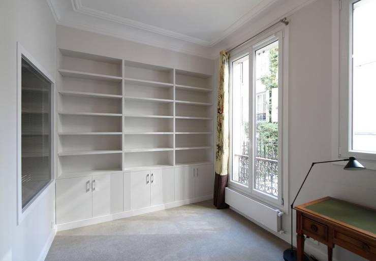 Appartement Saint Germain des Pres: Bureau de style  par FELD Architecture