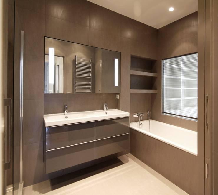 Appartement Saint Germain des Pres: Salle de bains de style  par FELD Architecture