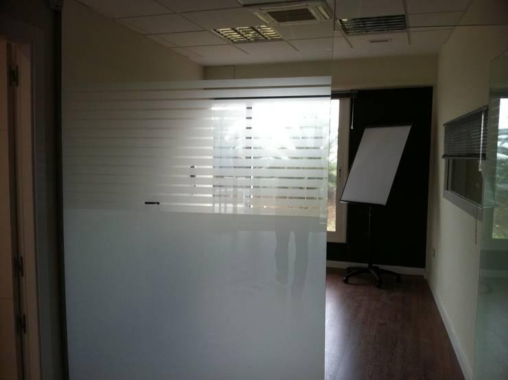 Divisiones de cristal para oficinas y locales: Puertas y ventanas de estilo  de Tatiana Doria,   Diseño de interiores