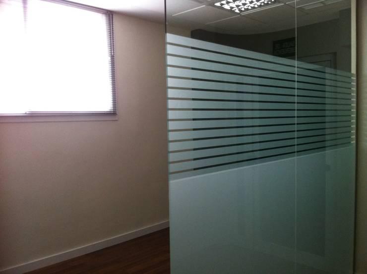 Divisiones de cristal para oficinas: Puertas y ventanas de estilo  de Tatiana Doria,   Diseño de interiores