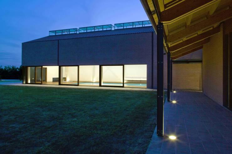 Vista del prospetto est della Piscina Coperta: Piscina in stile  di Giorgio Pettenò Architetti