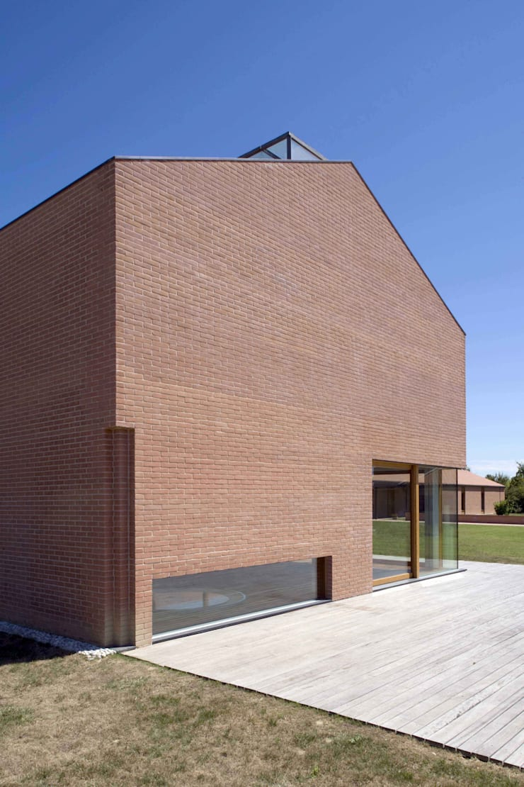Scorcio del prospetto sud della Piscina Coperta: Piscina in stile  di Giorgio Pettenò Architetti