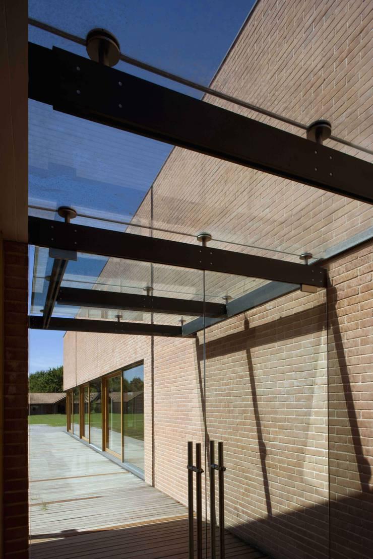 L'ingresso alla Piscina Coperta ed al Centro Benessere: Piscina in stile  di Giorgio Pettenò Architetti