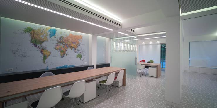 Oficinas y tiendas de estilo  por Giorgio Pettenò Architetti