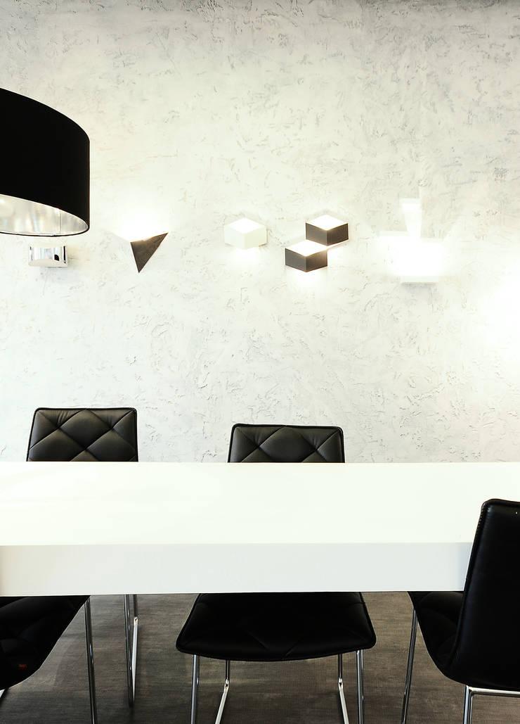 stylizowana ściana + kinkiety : styl , w kategorii Powierzchnie handlowe zaprojektowany przez TG STUDIO