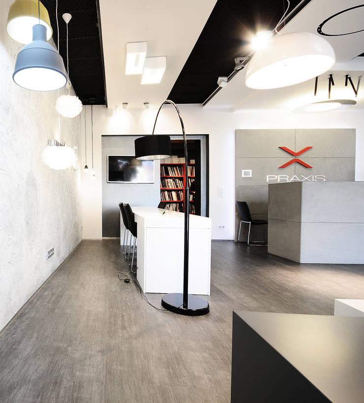 salon sklep oświetleniowy : styl , w kategorii Centra handlowe zaprojektowany przez TG STUDIO