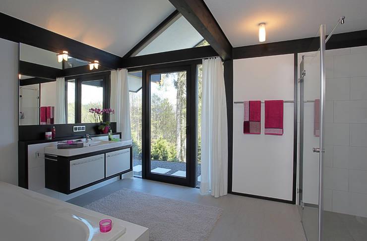 Baños de estilo moderno de DAVINCI HAUS GmbH & Co. KG Moderno