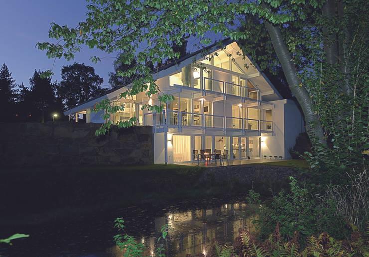 Casas de estilo moderno de DAVINCI HAUS GmbH & Co. KG Moderno
