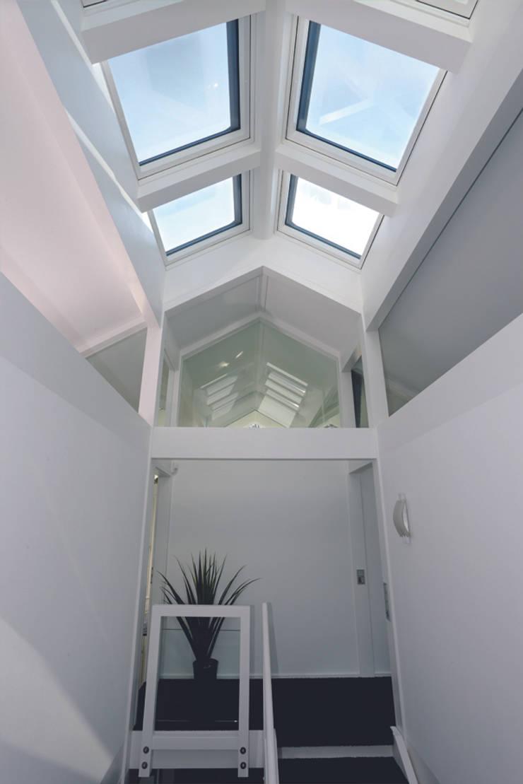 Pasillos, vestíbulos y escaleras de estilo moderno de DAVINCI HAUS GmbH & Co. KG Moderno
