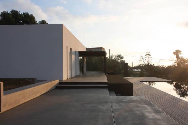 villa B&D: Case in stile in stile Minimalista di COTTONE+INDELICATO ARCHITETTI