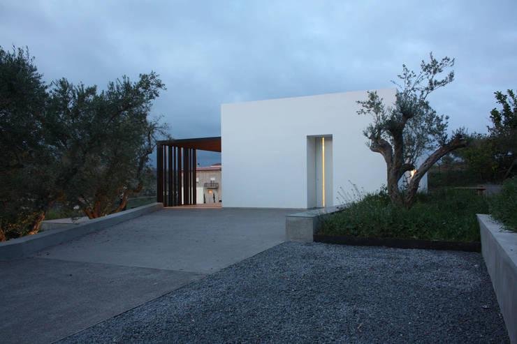 villa B&D: Giardino in stile in stile Minimalista di COTTONE+INDELICATO ARCHITETTI
