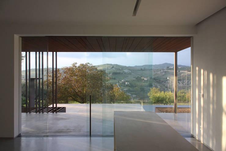 villa B&D: Sala da pranzo in stile in stile Minimalista di COTTONE+INDELICATO ARCHITETTI