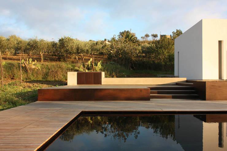 villa B&D: Piscine in stile  di COTTONE+INDELICATO ARCHITETTI