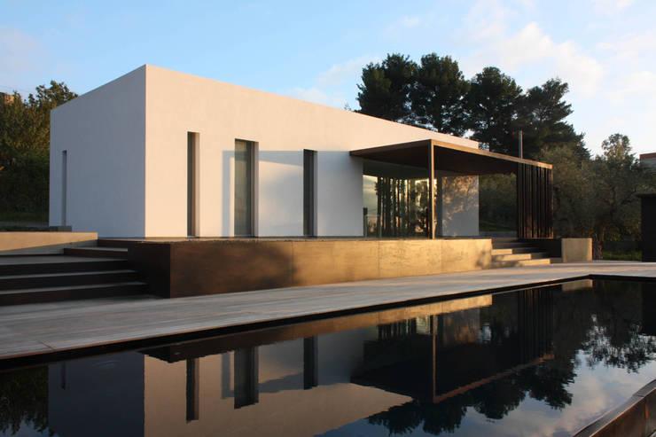 villa B&D: Piscina in stile in stile Mediterraneo di COTTONE+INDELICATO ARCHITETTI