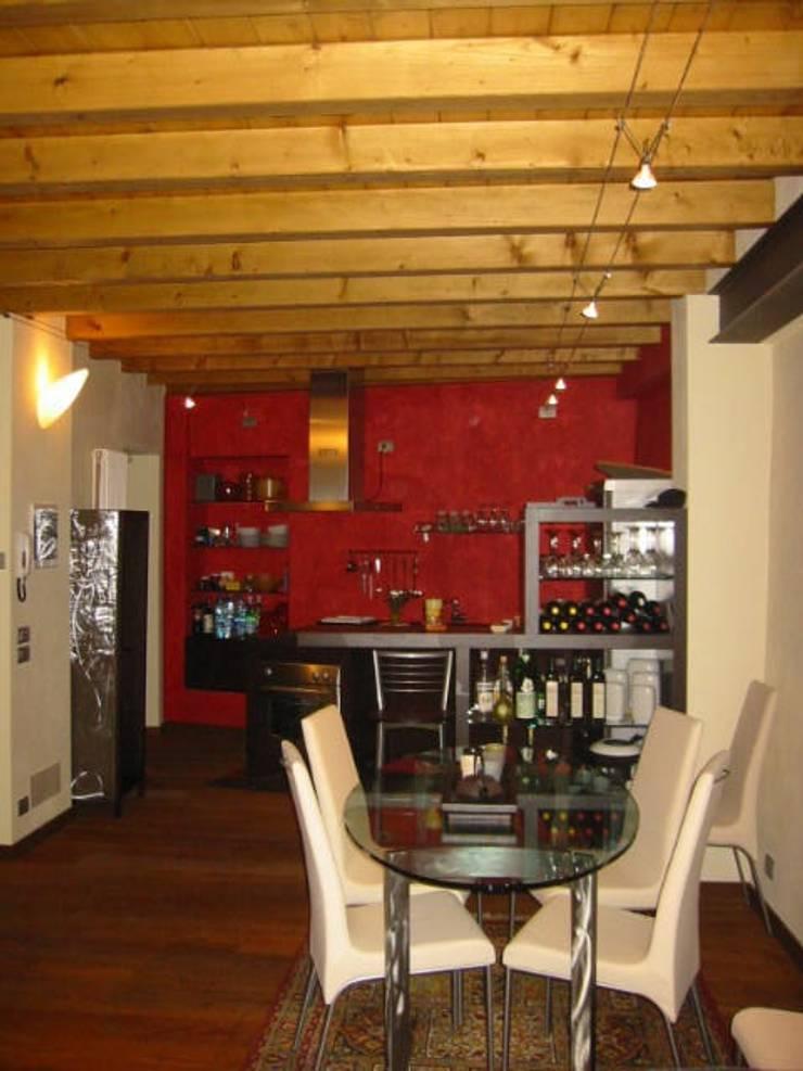 RISTRUTTURAZIONE BILOCALE: Cucina in stile in stile Rustico di ARKHISTUDIO