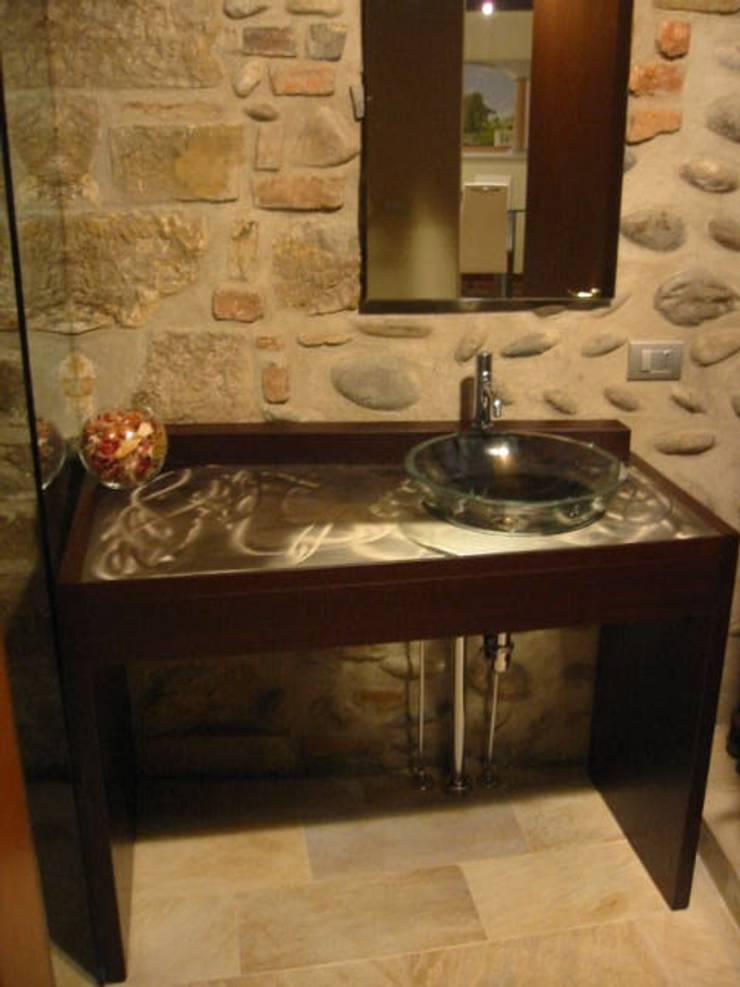 RISTRUTTURAZIONE BILOCALE: Bagno in stile in stile Rustico di ARKHISTUDIO