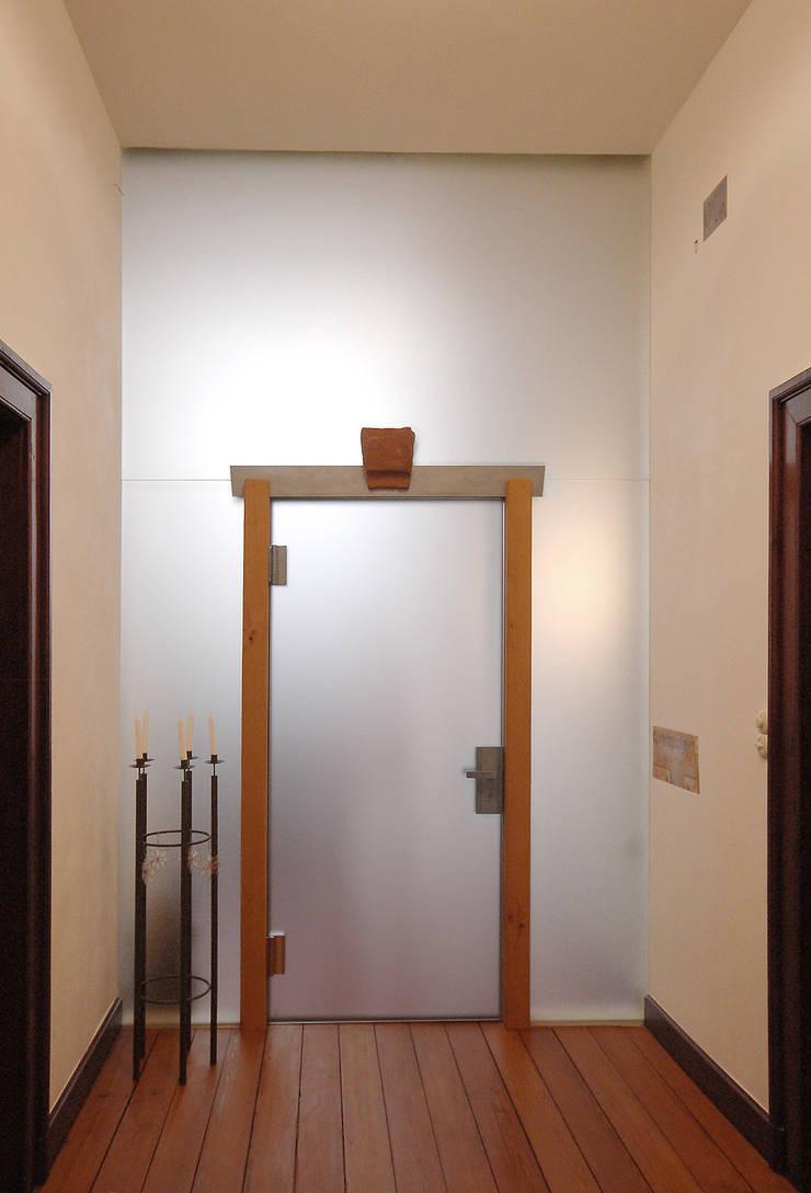 Eingangsbereich Jugendstiltreppenhaus:  Flur & Diele von archikult,