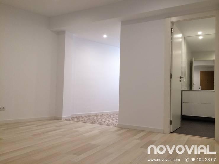 Estudio Valencia: Estudios y despachos de estilo  de Novovial Empresa Constructora