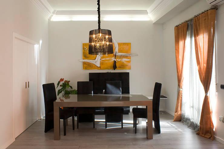 Sala da pranzo in stile in stile Moderno di  BB INTERIORISMO