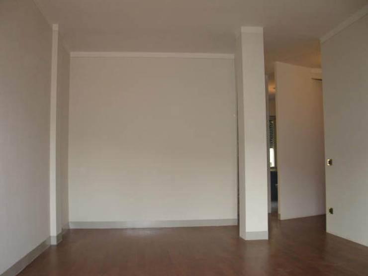 Ristrutturazione appartamento a Bergamo: Soggiorno in stile  di ARKHISTUDIO