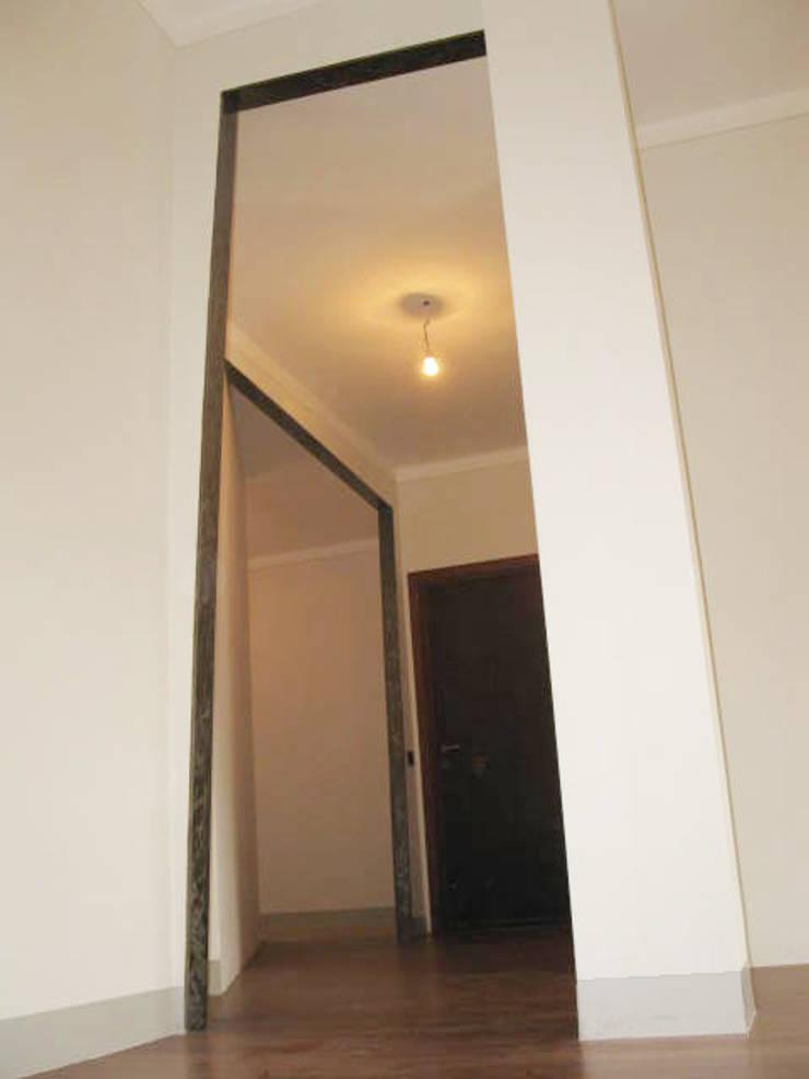Ristrutturazione appartamento a Bergamo: Ingresso & Corridoio in stile  di ARKHISTUDIO