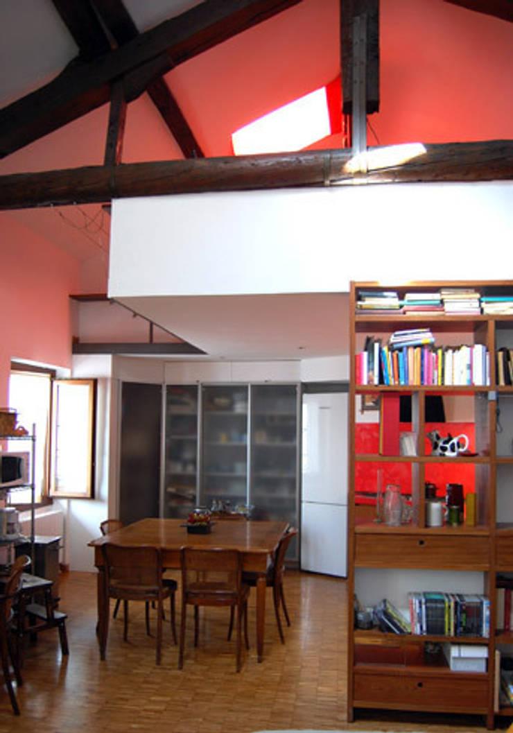 casa privata: Soggiorno in stile  di Lucarelli Rapisarda Architettura & Design
