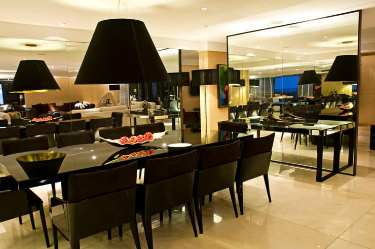 Apartamento cosmopolita: Sala de estar  por Renato Teles Arquitetura