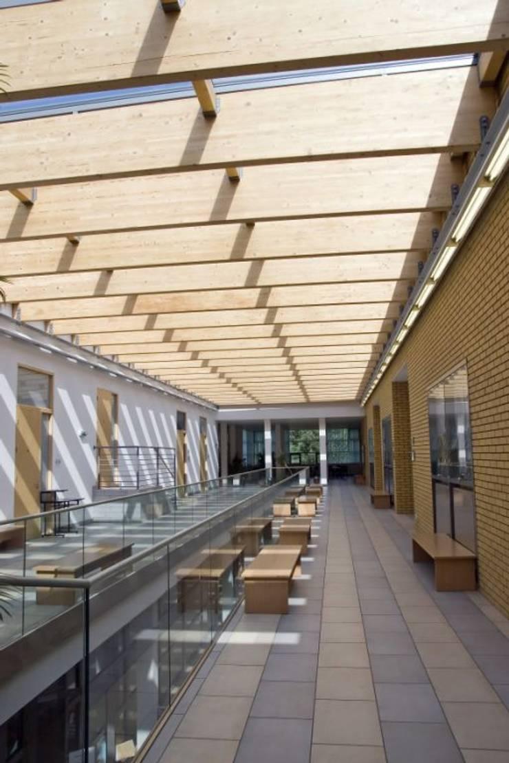 GlassFit New Generation: Vestíbulos, pasillos y escaleras de estilo  de Comenza
