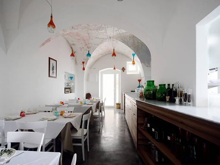 La Taverna del Duca: Negozi & Locali commerciali in stile  di DED'A STUDIO ARCHITETTI ASSOCIATI