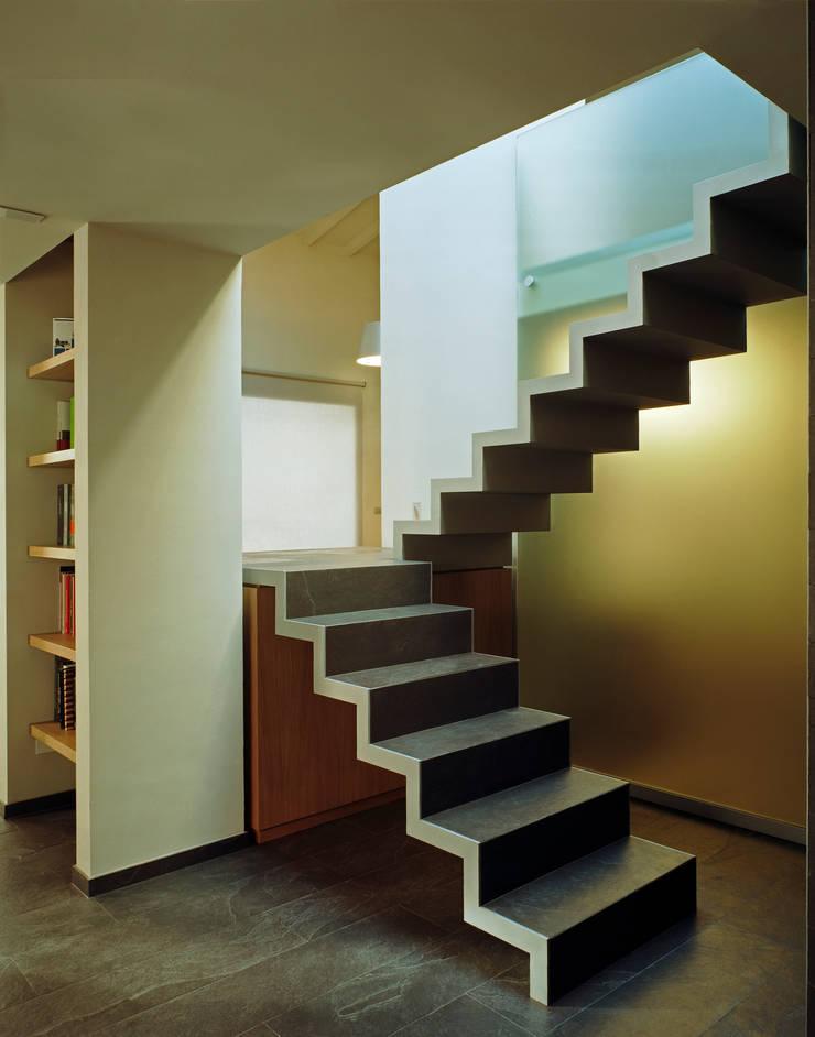 Studio Mimesi62: Ingresso & Corridoio in stile  di G. Giusto - A. Maggini - D. Pagnano
