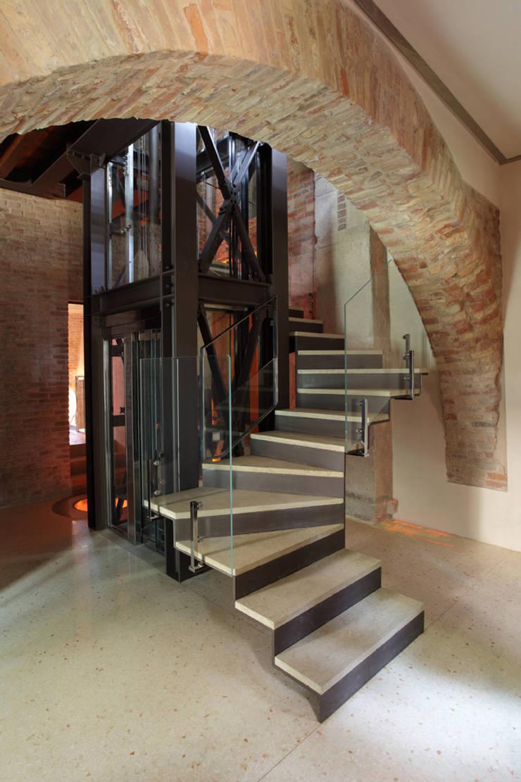 Corredores e halls de entrada  por Cumo Mori Roversi Architetti