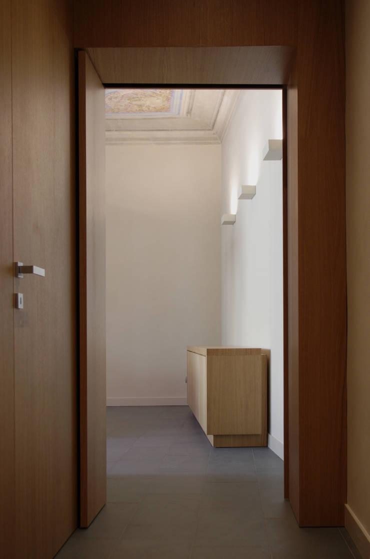Alloggio in Via dei Pilastri: Ingresso & Corridoio in stile  di G. Giusto - A. Maggini - D. Pagnano