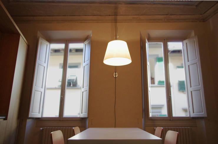 Alloggio in Via dei Pilastri: Sala da pranzo in stile in stile Moderno di G. Giusto - A. Maggini - D. Pagnano