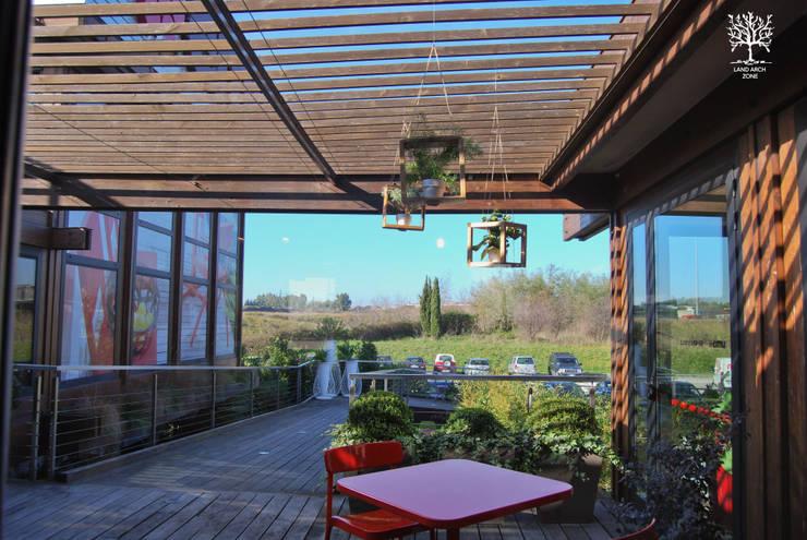 Pop Garden: Balcone, Veranda & Terrazzo in stile  di Land Arch Zone