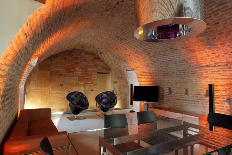 Il living realizzato al livello terra della torre.: Case in stile  di Cumo Mori Roversi Architetti