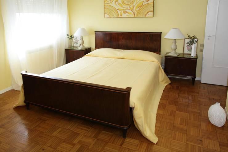 PRIMA E DOPO (Before and After): Camera da letto in stile  di Bologna Home Staging