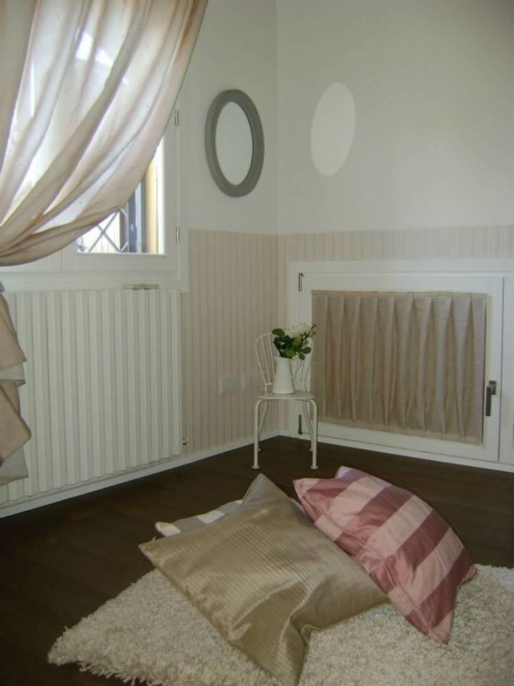 Home Restyling: Camera da letto in stile  di Bologna Home Staging