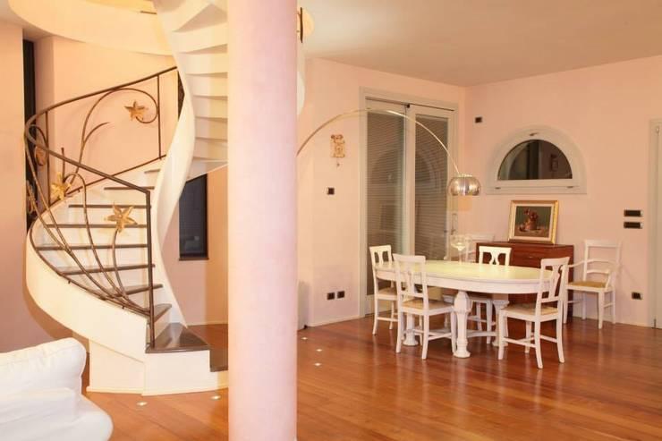 Home Restyling: Sala da pranzo in stile  di Bologna Home Staging