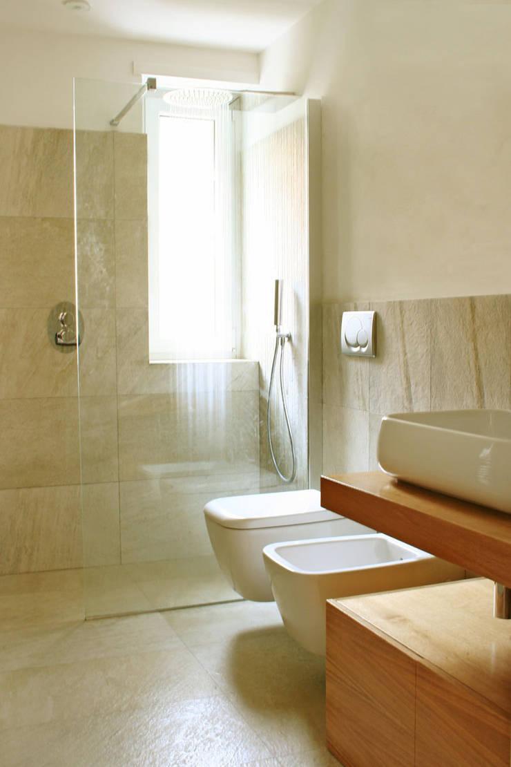 casa LM: Bagno in stile  di CAFElab studio