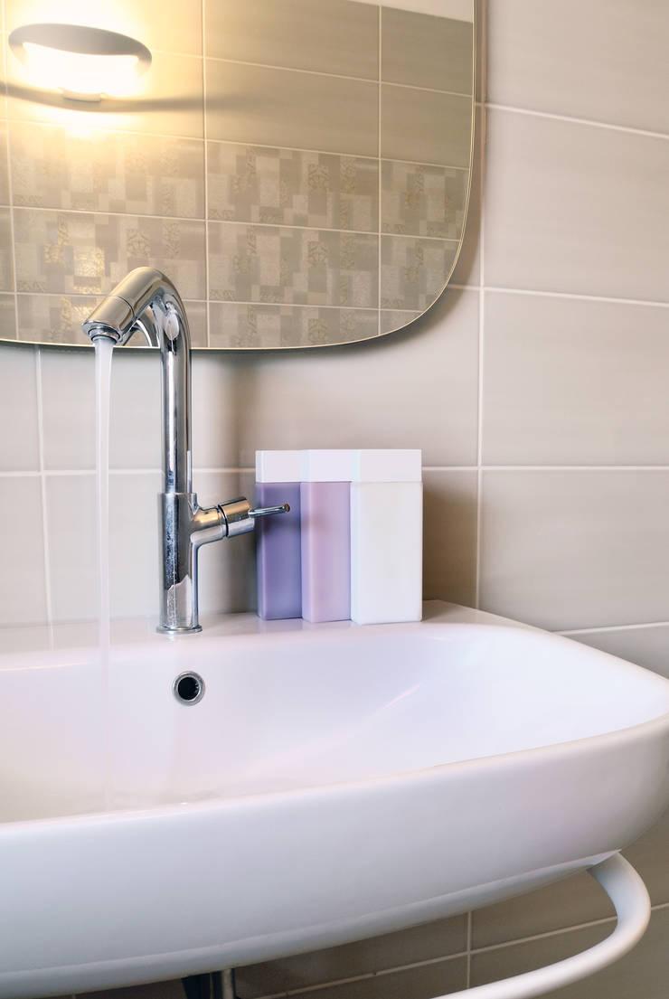 casa Castelli: Bagno in stile  di CAFElab studio
