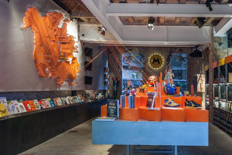 M-STORE SOUVENIR: Espacios comerciales de estilo  de EXTERNAL REFERENCE ARCHITECTS