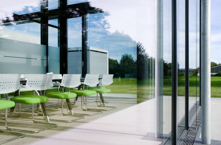 Oficinas y Tiendas de estilo  por Marius Schreyer Design