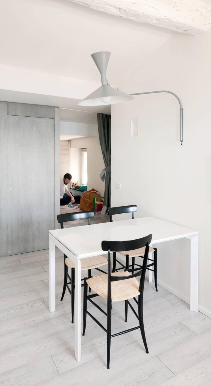 Attico sul Porto: Sala da pranzo in stile  di gosplan architects