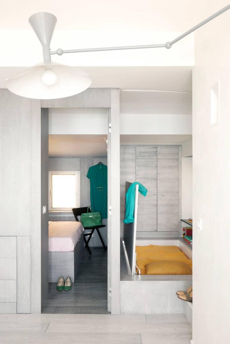Attico sul Porto: Ingresso & Corridoio in stile  di gosplan architects