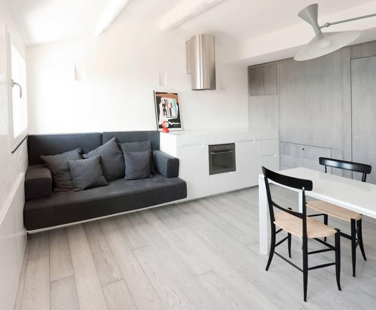 Attico sul Porto: Cucina in stile  di gosplan architects