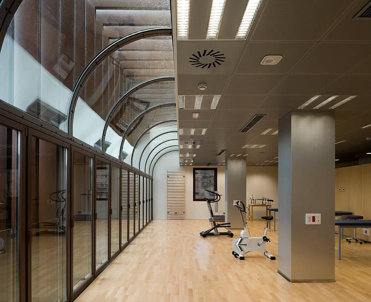 Clínica de ARESA: Gimnasios domésticos de estilo  de Octavio Mestre Arquitectos
